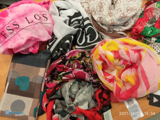 Stock Guess scarves